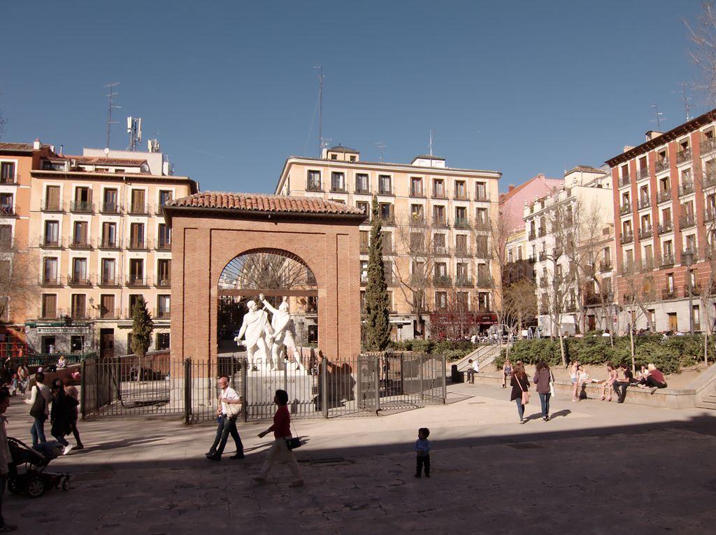 LA VIÑA protesta por la retirada de las terrazas por parte del Ayuntamiento de Madrid con motivo del Dos de Mayo - La Viña