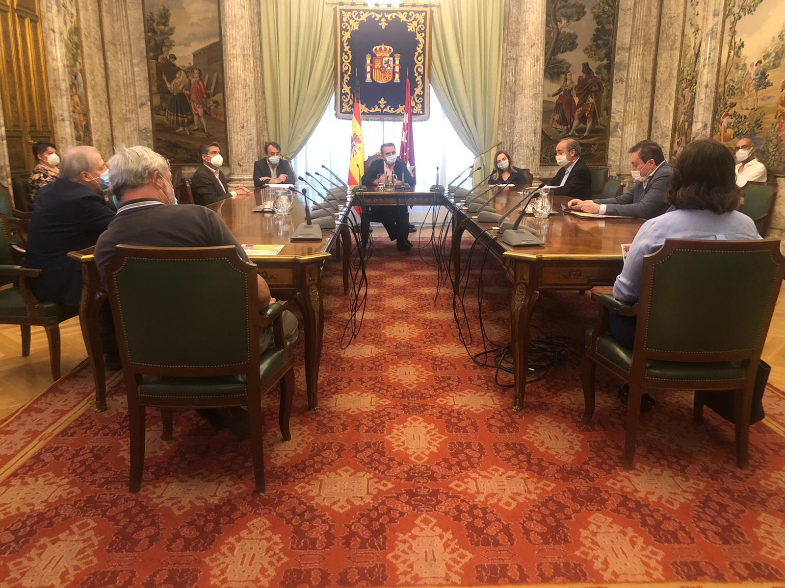 Los hosteleros de Madrid trasladan al Gobierno sus reivindicaciones con la entrega de un manifiesto - La Viña