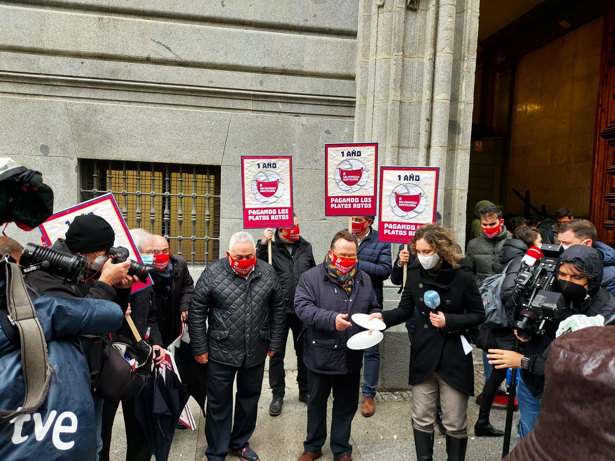 La Hostelería protesta frente al Ministerio de Hacienda reclamando las ayudas que no llegan a las empresas - La Viña